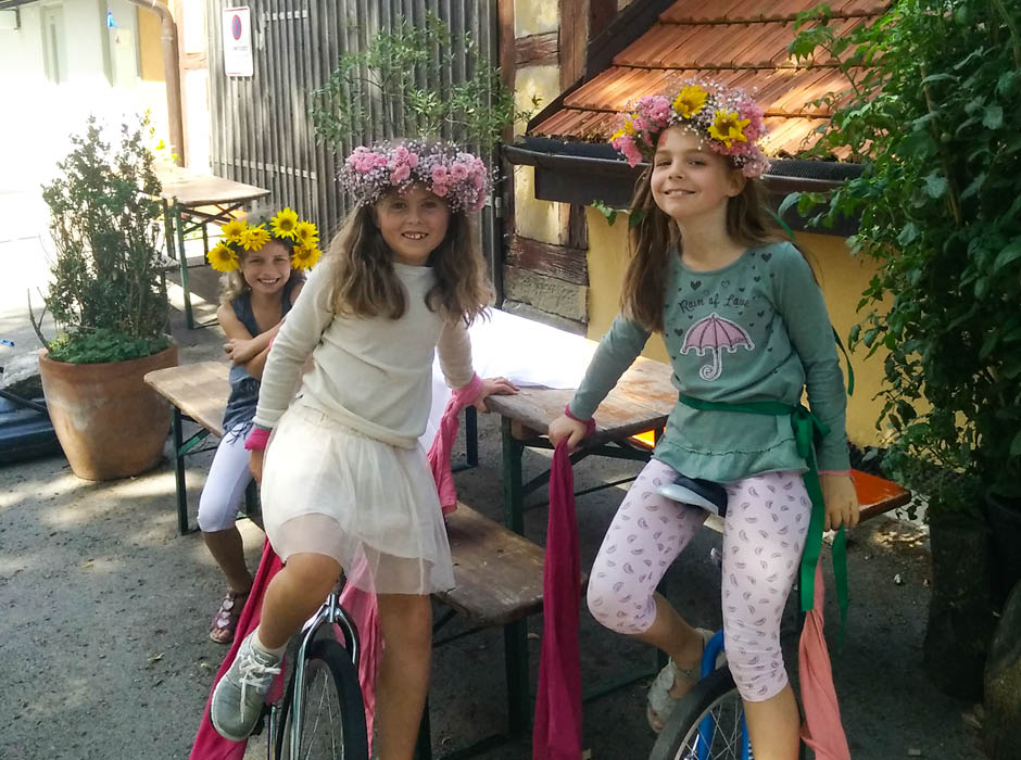 Mädchen auf Einrädern