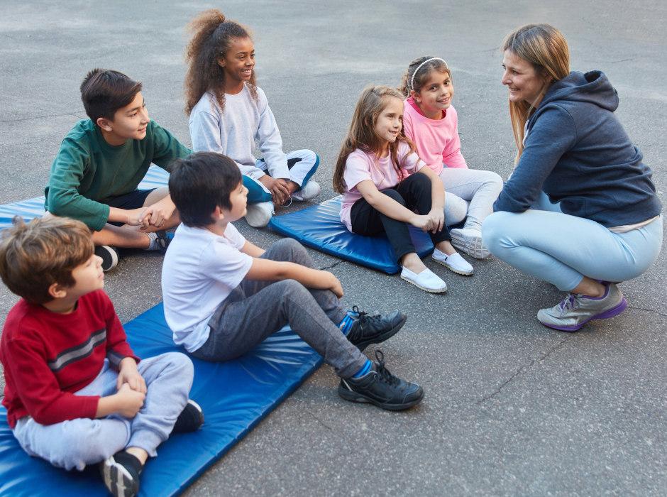Sportlehrerin mit Schüler*innen
